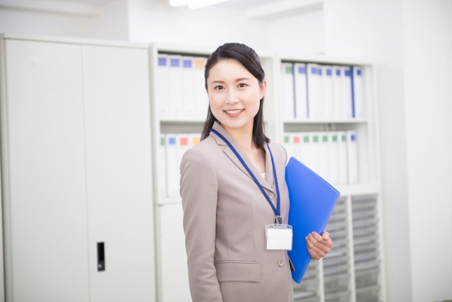 <p>女性が就職活動で着用するスーツの色は何色?</p>